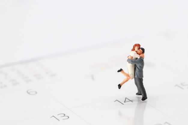 2月14日のカレンダーに立っているカップル
