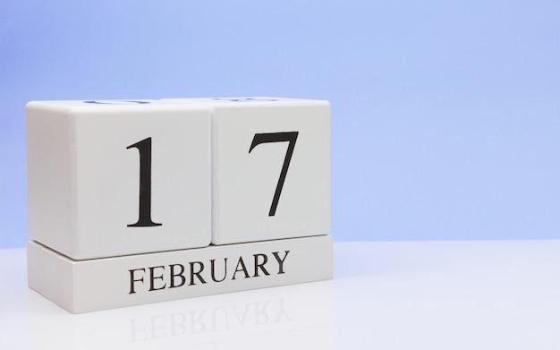 2月17日月17日、白いテーブルに毎日のカレンダー。
