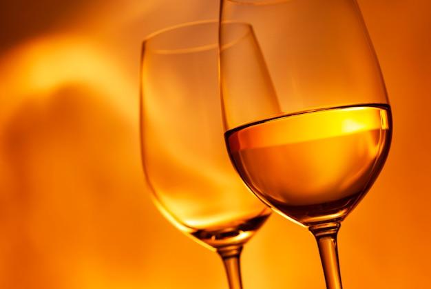 2つのワイングラス、1つは白ワイン