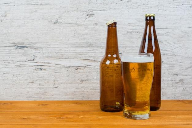 グルテンフリーのビール、ボトル2本、グラス1杯