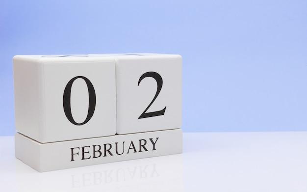 2月2日月02日、白いテーブルに毎日のカレンダー。
