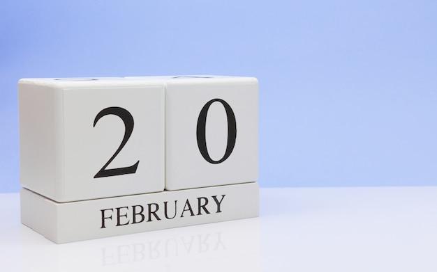 2月20日月20日、白いテーブルに毎日のカレンダー。
