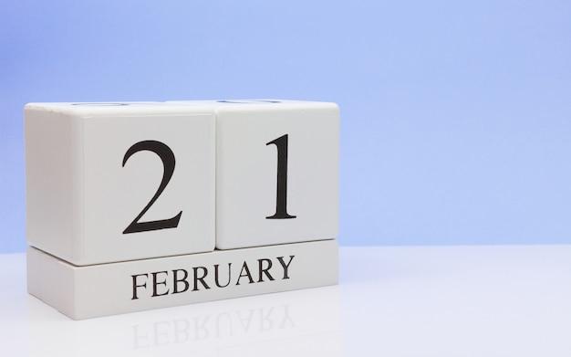 2月21日月21日、白いテーブルに毎日のカレンダー。