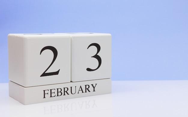 2月23日月23日、白いテーブルに毎日のカレンダー。