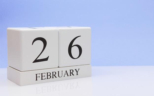 2月26日月26日、白いテーブルに毎日のカレンダー。