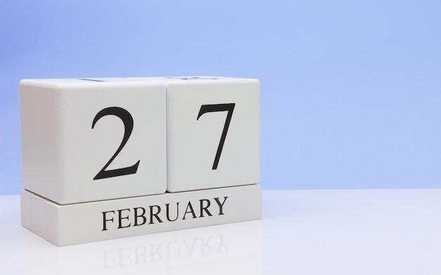 2月27日月27日、白いテーブルに毎日のカレンダー。
