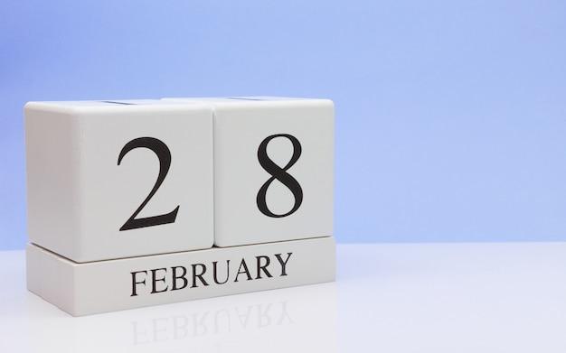 2月28日月28日、白いテーブルに毎日のカレンダー。