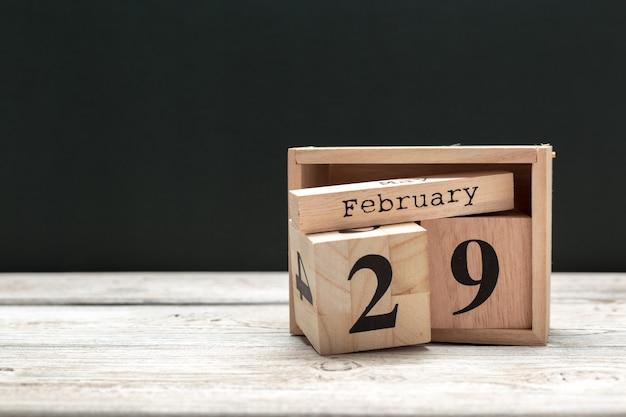 2月29日。 2月の29日、木製のカレンダー。冬時間