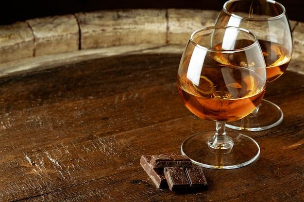 バーボンまたはスコッチを2杯、またはブランデーとダークチョコレートを2杯