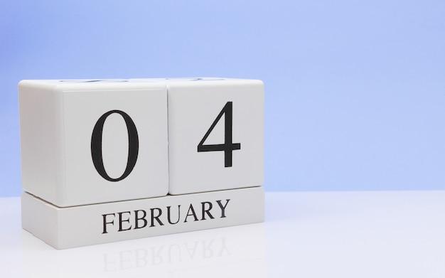 2月4日月04日、白いテーブルに毎日のカレンダー。