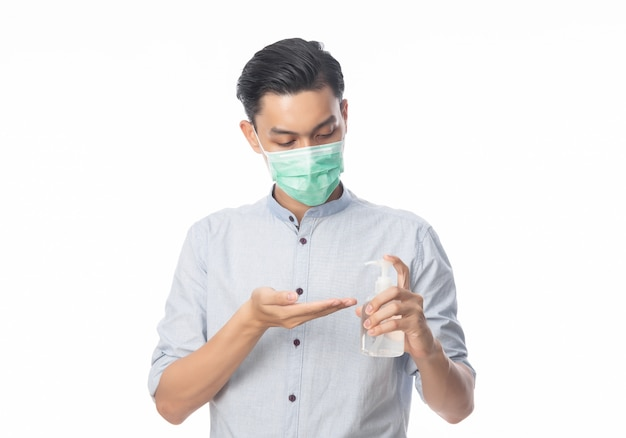 衛生的なマスクを着用し、ハンドシニタイザーを使用して、感染を防ぐ、コロナウイルスの若いアジア系のビジネスマン。午後2.5戦闘などの空中呼吸器疾患と白で隔離されるインフルエンザ。