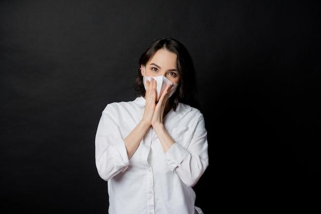 Женщина боится простудиться, взрослая в маске от пыли, пм 2,5 пыли