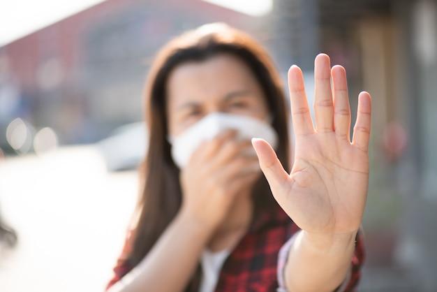 保護フェイスマスクと咳、コロナウイルスと午後2.5の戦いを着ている女性