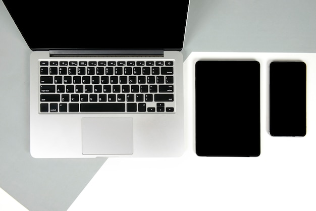 ラップトップコンピュータ、ノートブック、デジタルタブレット、2トーンbの携帯電話を備えたオフィステーブル