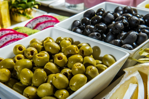 2 чашки с оливками, зелеными и черными оливками
