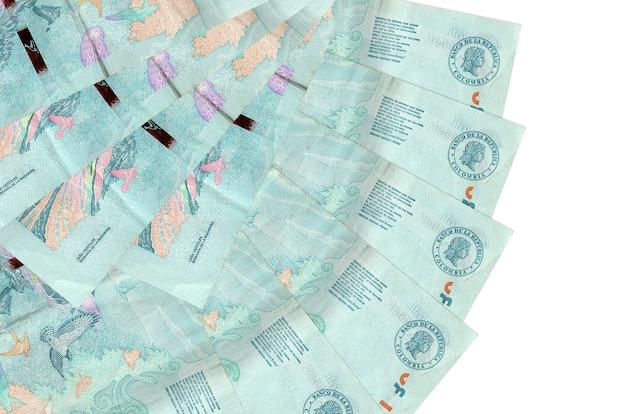2 콜롬비아 페소 지폐 팬 모양에 쌓인 복사 공간이 흰 벽에 고립 된 거짓말을 닫습니다. 금융 거래 개념