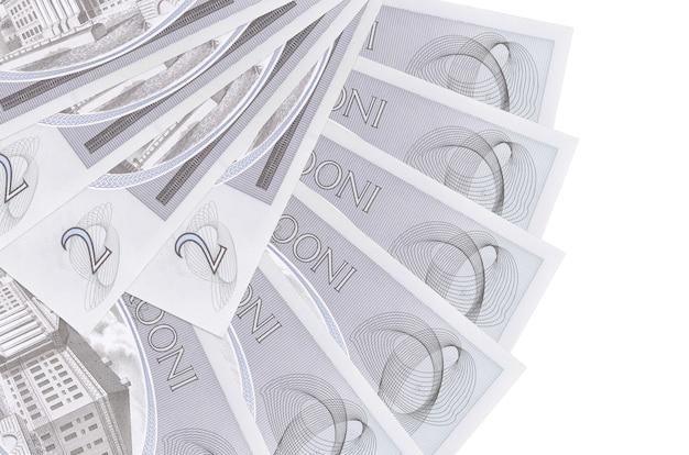 2 банкноты эстонской кроны лежат изолированно на белой стене с копией пространства, сложенной в форме вентилятора крупным планом. концепция финансовых операций