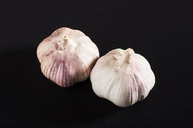2 луковицы свежего чеснока на черном