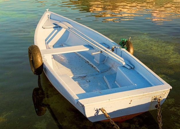 2つの古いタイヤと小さな手ingぎボート