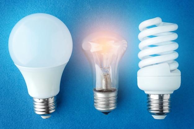 2つのledランプと青色の背景に白熱灯
