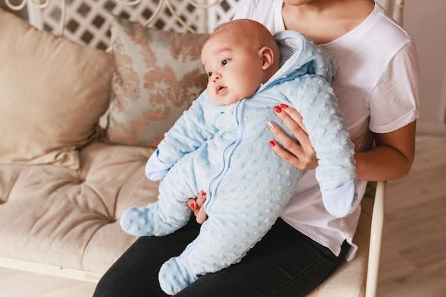 生後2ヶ月の新生児混血アジア人白人少年。自然な屋内照明。クールなトーン。