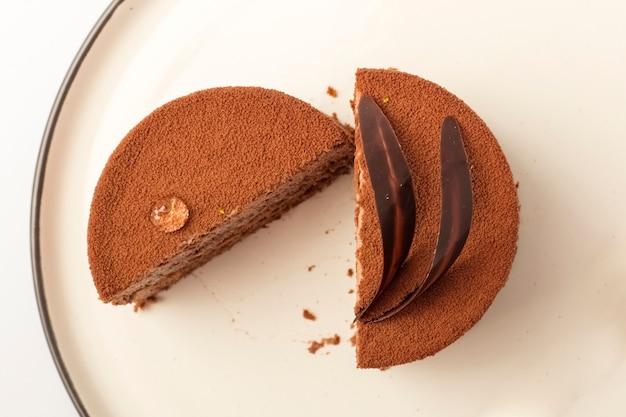 접시에 초콜릿 벨벳 케이크 2 조각. 차를 위한 맛있는 디저트. 평면도