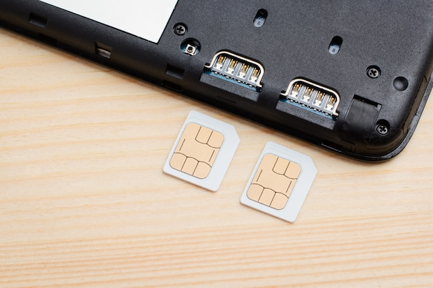 2枚のsimカードを一度に携帯電話に挿入する