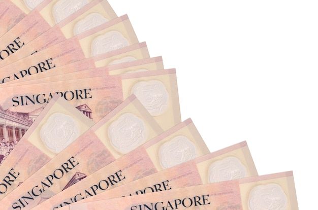 2シンガポールドル紙幣は、ファンのクローズアップに積み上げられたコピースペースと白い背景で隔離されています