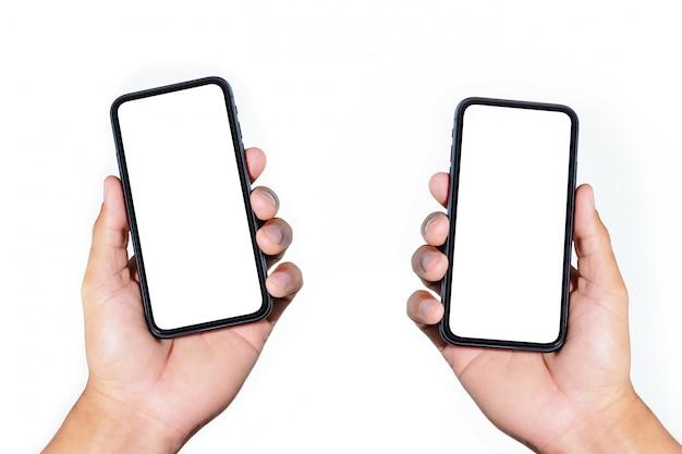 Женщина руки крупного плана 2 держа экран черного smartphone пустой изолированный