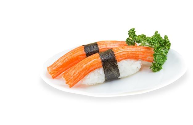 2 крабовые палочки суши на белом фоне