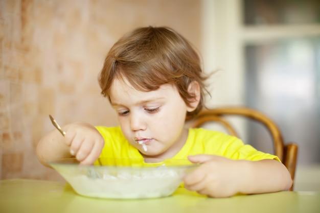 2 년 아이 자신이 접시에서 먹는다