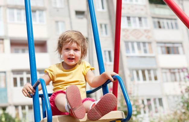 2-летний ребенок на качелях