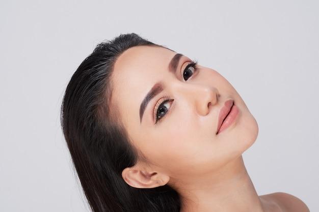 Красивая молодая женщина (азиатская девушка 20-30 лет) с чистой свежей кожей