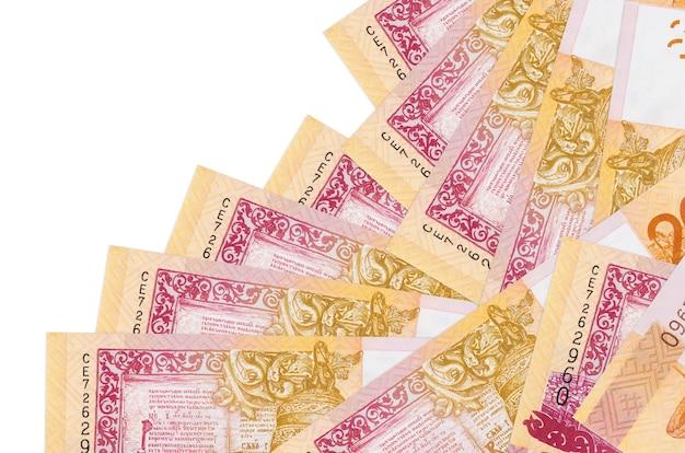 Купюры 20 белорусских рублей лежит в разном порядке, изолированные на белом. местное банковское дело или концепция зарабатывания денег.