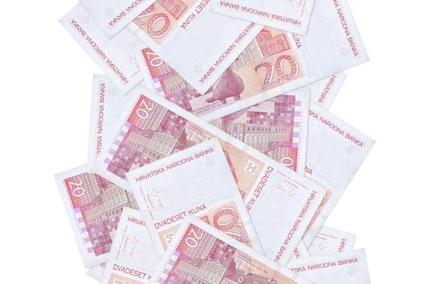 白で隔離されて飛んでいる20のクロアチアのクナ手形。多くの紙幣が左右に白いコピースペースで落ちています