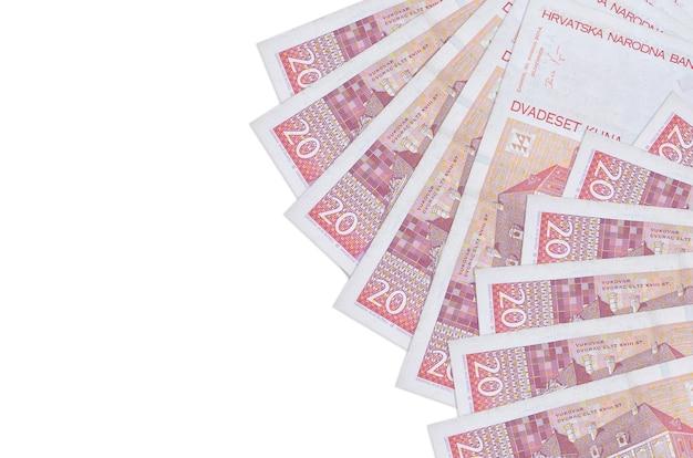 20 купюр хорватской куны лежат на белом фоне с копией пространства