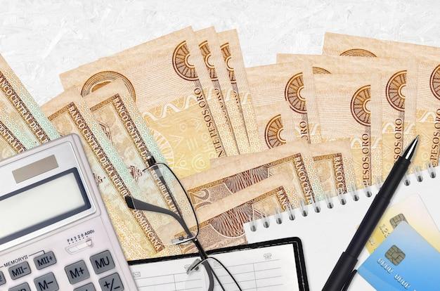 20ドミニカペソ紙幣と電卓メガネとペン