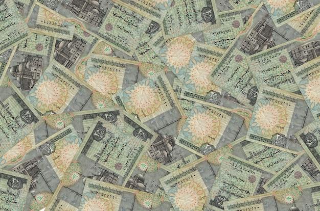 Купюры в 20 египетских фунтов лежат большой стопкой. . большая сумма денег