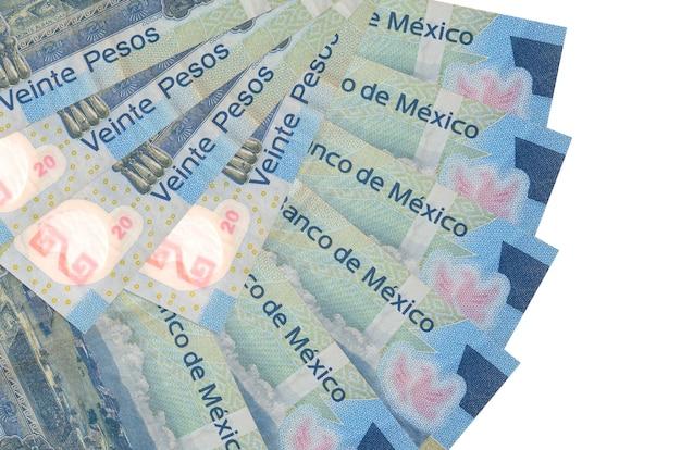 Банкноты 20 мексиканских песо лежат изолированы на белой стене с копией пространства, сложенными в форме вентилятора крупным планом. концепция финансовых операций