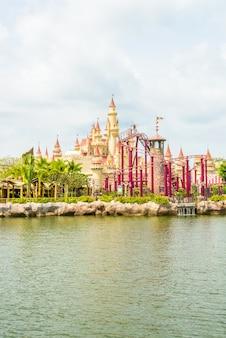 Сингапур-июль 20: красивый замок и американские горки в студии universal 20 июля 2015 года. universal studios singapore - это тематический парк, расположенный в курорте worlds sentosa, сингапур.