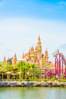 Сингапур - 20 июля: туристы и посетители тематического парка сфотографируют большой вращающийся земной фонтан перед universal studios 20 июля 2015 года на острове сентоса, сингапур