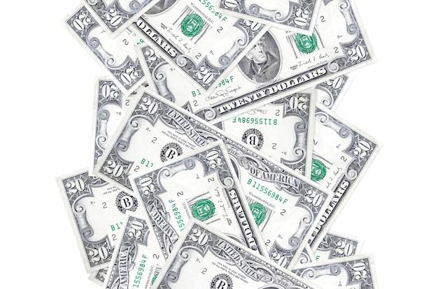 Счета 20 долларов сша, летящие вниз, изолированные на белом. многие банкноты падают с белым пространством для копирования слева и справа