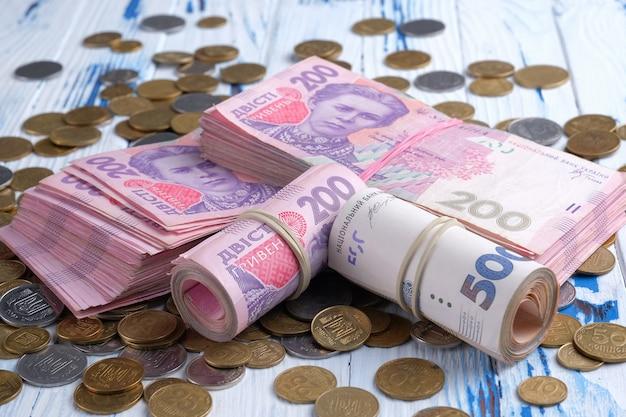 200と500グリブナuahとコインの山のウクライナの紙幣の値を束ねます。