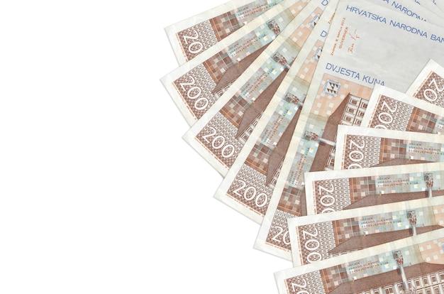200 купюр хорватской куны лежат на белом фоне с копией пространства