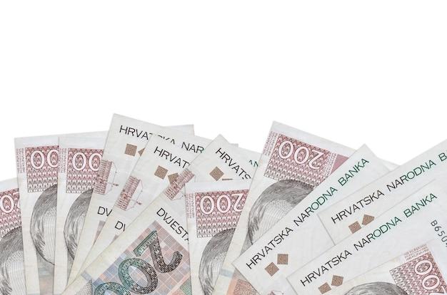 Банкноты 200 хорватских кун лежат в нижней части экрана, изолированного на белой стене с копией пространства.