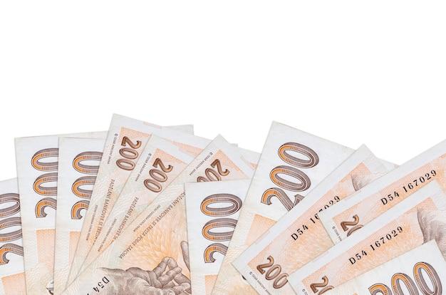 Банкноты 200 чешских крон лежит в нижней части экрана, изолированного на белой стене с копией пространства.