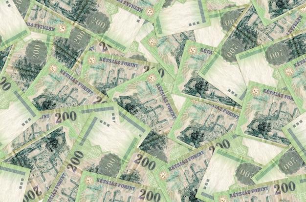 Банкноты 200 венгерских форинтов лежат большой стопкой. концептуальная стена богатой жизни. большая сумма денег