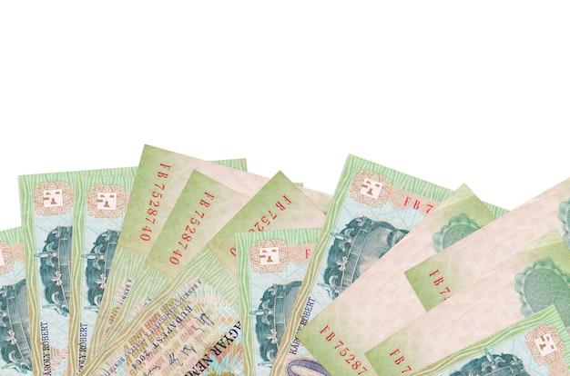 200 헝가리 포린 트 지폐 복사 공간이 흰 벽에 고립 된 화면 아래쪽에 놓여 있습니다.