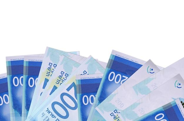 200 이스라엘 새 셰켈 지폐 복사 공간이 흰 벽에 고립 된 화면의 아래쪽에 놓여 있습니다.