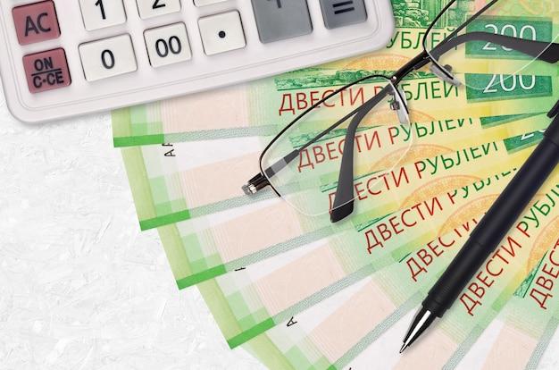 200 рублей банкноты вентилятор и калькулятор с очками и ручкой